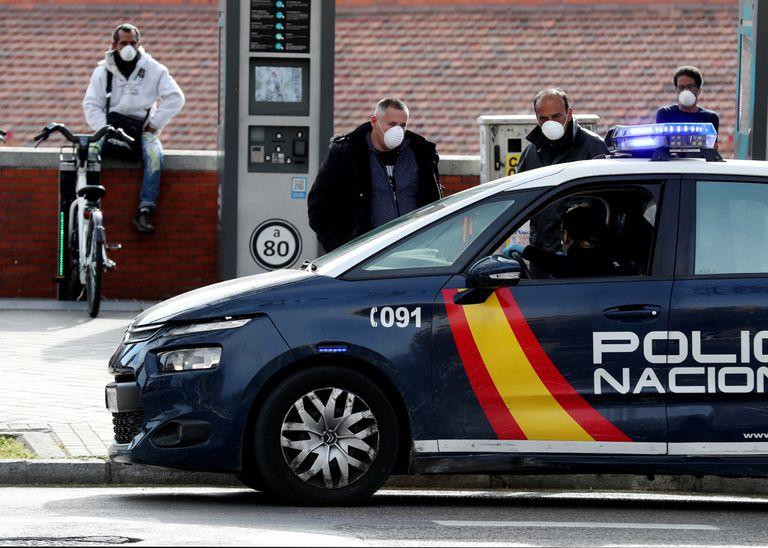 Agentes de la Policía Nacional patrullan este martes en las cercanías de la Estacion de Atocha, en Madrid.