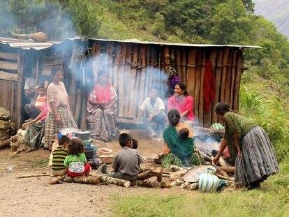 Encuentro familiar en una comunidad maya q'eqchi en Guatemala, un país con gran conflictividad agraria en el que los pueblos originarios se enfrentan a terratenientes y proyectos extractivos.