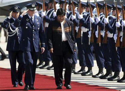 El presidente de Bolivia, Evo Morales, pasa revista a la guardia de honor a su llegada a Santiago de Chile.