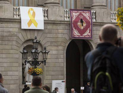 La fachada del Ayuntamiento de Barcelona, con un lazo amarillo en la balaustrada. En vídeo, unos encapuchados descuelgan un lazo amarillo del ayuntamiento de Barcelona.