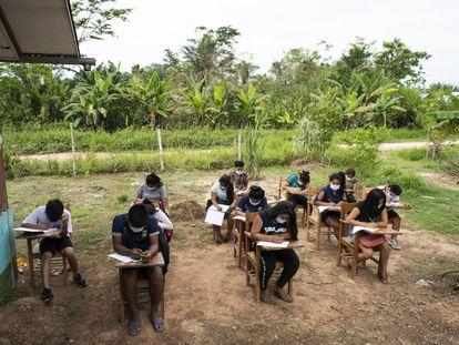 Los estudiantes de Nuevo San Rafael, en la Amazonía peruana, sin apenas acceso a dispositivos electrónicos.