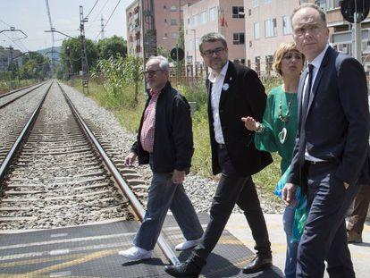 El presidente de Adif, Juanjo Bravo, (derecha) con la alcaldesa de Montcada,  Laura Campos, cruzando la vía el pasado mes de mayo.