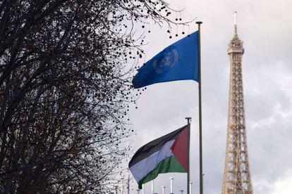 La bandera palestina y la de la ONU ondean en París.