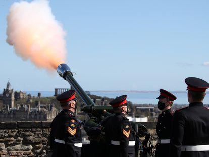 Miembros del 105 Regimiento de  la Artillería Real disparan salvas de honor, este sábado, en el castillo de Edimburgo.