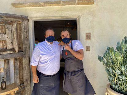 Ricardo Acquista y Rafa Zafra a la puerta de Casa Jondal. J.C. CAPEL