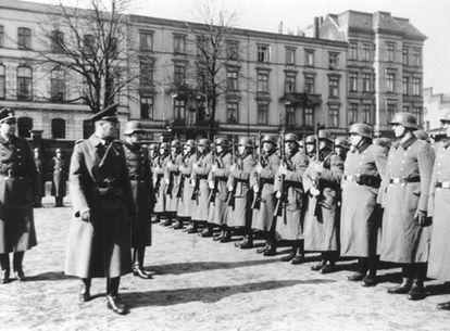 El Batallón de Reserva Policial 101, durante una inspección en 1940 en Lodz.