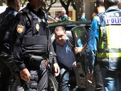 El presidente del Huesca, Agustín Lasaosa, tras ser detenido por la Policía Nacional en una operación contra el presunto amaño de partidos de fútbol en Primera y Segunda División.