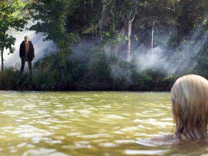 Jason y su víctima respetando, por poco tiempo, la distancia social en la nueva versión de 'Viernes 13' que se estrenó en 2009. Es, por ahora, la última película de una franquicia que ha recaudado hasta hoy más de 500 millones de euros en taquilla.