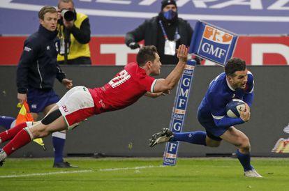 El francés Brice Dulin, a la derecha, cruza la línea para anotar ante Gales