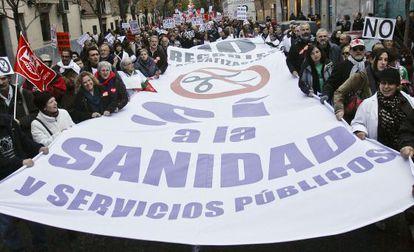 Protesta de trabajadores y pacientes contra los recortes del sistema sanitario en Madrid en 2012.