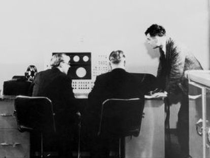 Brian Pollard, Keirh Lonsdale y Alan Turing (de izquierda a derecha), en la consola de la computadora Ferranti Mark 1, en la Universidad de Manchester.