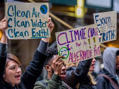 Un grupo de activistas defiende la investigación de la petrolera ExxonMobil, que mintió durante décadas sobre su contribución al cambio climático.