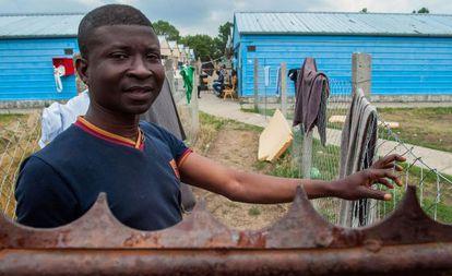 Un joven subsahariano frente a un barracón para refugiados  en la ciudad húngara de Debrecen.