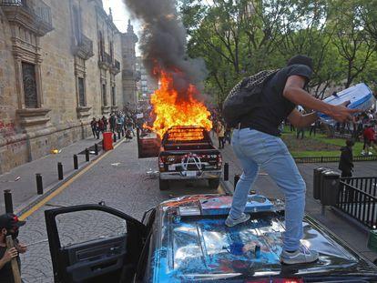 GUADALAJARA, JALISCO, 04JUNIO2020.- Tras difundirse el video de la detención de Giovanni López, hombre de 30 años detenido por la policía de Ixtlahuacán de Membrillos por no portar cubrebocas y posteriormente ser entregado muerto a su familia, cientos de manifestantes protestaron en el palacio municipal de la entidad con la quema de patrullas y pintas a las paredes del inmueble. Los inconformes exigen justicia por el asesinato del hombre el pasado 04 de mayo durante la crisis por Covid-19. FOTO: FERNANDO CARRANZA /CUARTOSCURO.COM