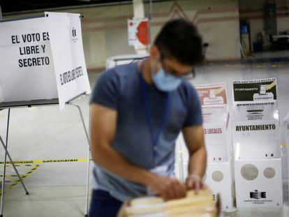 Un hombre trabaja en las oficinas del Instituto Electoral del estado de Chihuahua en Ciudad Juárez, este 3 de junio.
