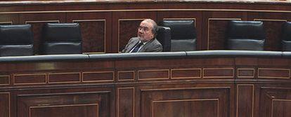 El vicepresidente del Gobierno y ministro de Economía, Pedro Solbes, en un momento del pleno de ayer en el Congreso.