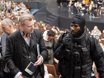 Christopher Nolan, con el actor John David Washington en el rodaje de 'Tenet'.