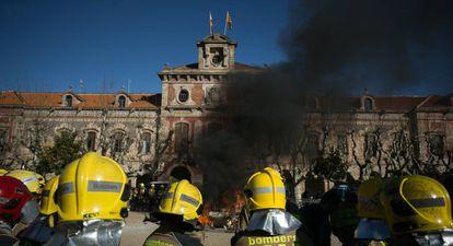 Protesta de los bomberos ante el Parlament este enero.