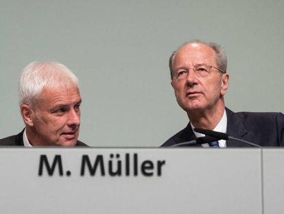 Los presidentes de Volkswagen, Matthias Müller, y de su Consejo de Supervisión, Hans Dieter Pötsch, durante la asamblea anual de accionistas celebrada el miércoles en Hannover