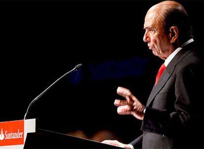 El presidente del Santander, Emilio Botín, ayer durante la junta extraordinaria de accionistas de la entidad