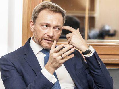 Christian Lindner, líder del partido liberal alemán, durante una entrevista en su nuevo despacho en el Parlamento.