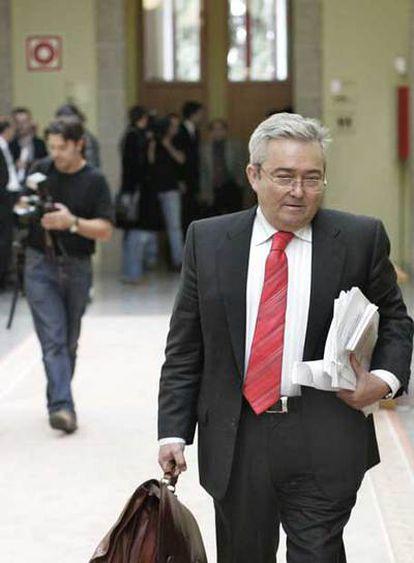El ex conselleiro Jesús Pérez Varela abandona el Parlamento después de su intervención.