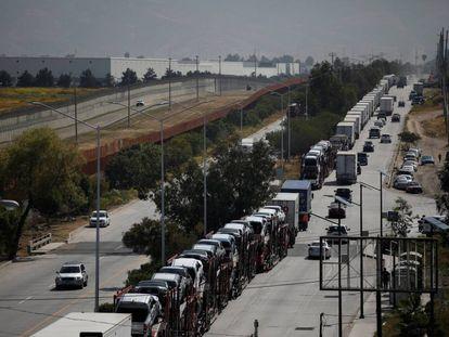 Una fila de camiones de carga espera entrar a EE UU a través de la garita de Tijuana.
