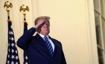 Trump hace el saludo militar en el balcón de la Casa Blanca.