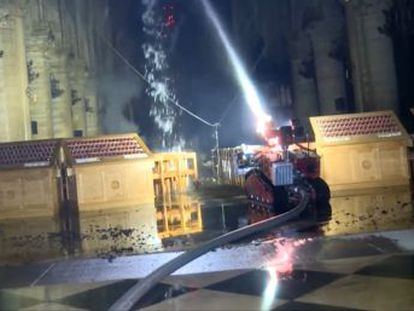 Los bomberos de París difunden un vídeo con las imágenes de la extinción de las llamas en el histórico templo francés