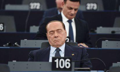 Berlusconi duerme en su primer día en la Eurocámara.