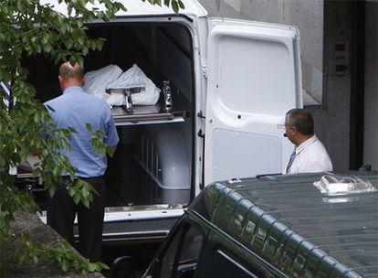 Operarios introducen en un furgón el cuerpo de Ryan para su traslado desde el Instituto Anatómico Forense al Tanatorio Norte de Madrid