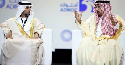 El ministro de Petróleo emiratí, Suhail al Mazrouei (izquierda), y el ministro saudí de Energía e Industria, Khalid Al Falih, en la Conferencia Internacional de Petróleo de Abu Dabi en noviembre.