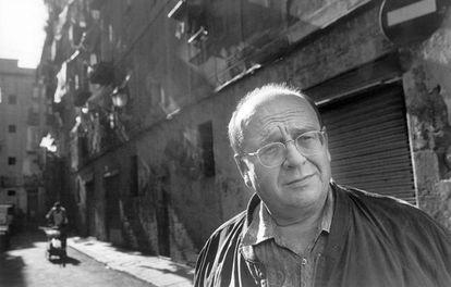 El escritor Manuel Vázquez Montalbán, en Barcelona en 1997.