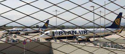 Aviones de Ryanair aparcados en el aeropuerto de Girona.