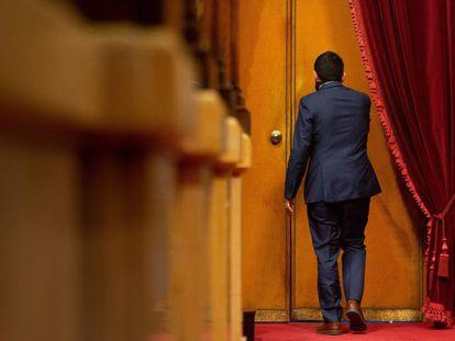 El consejero de Trabajo, Chakir El Homrani, sale del hemiciclo del Parlament este viernes.
