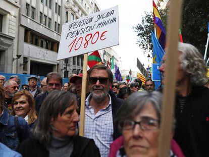 Miles de jubilados se manifiestan por una pensión digna en Madrid.
