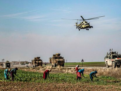 Un helicóptero ruso vuela sobre una patrulla de militares rusos y turcos cerca de la localidad de Hasakah, en el noreste de Siria, el pasado noviembre.