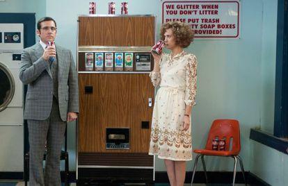 Steve Carell y Kristen Wiig deseando que lleguen los nuevos tentempiés a la oficina. La película se llama 'Los amos de la noticia' (2013).