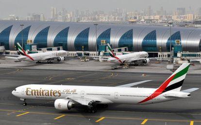 Un avión de Emirates, en el aeropuerto de Dubái, el pasado 22 de marzo.