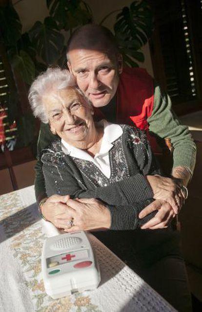 Rosa con Gaizka, el voluntario que la ayuda en su casa de Borriol.