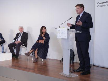 De Izquierda a derecha, Enric Juliana,  Xosé M. Núñez Seixas y Rocío Martínez escuchan la intervención del presidente de la Generalitat, Ximo Puig, en el Centre del Carme.