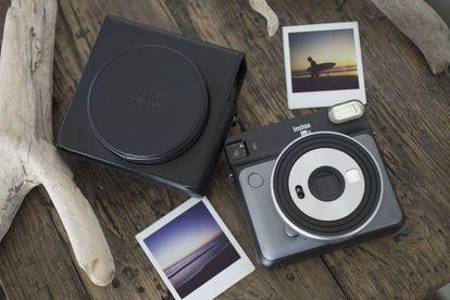 La cámara Fujifilm instaxSquare SQ6 imprime las fotografías en un tiempo que oscila entre el minuto y los 90 segundos, según la temperatura exterior.