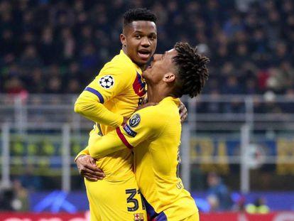Ansu Fati, felicitado por Todibo, tras su gol en el Giuseppe Meazza.