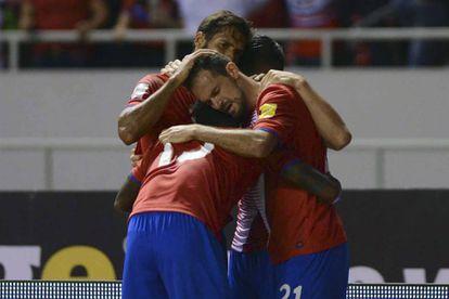 El equipo de Costa Rica celebra su agónico gol.