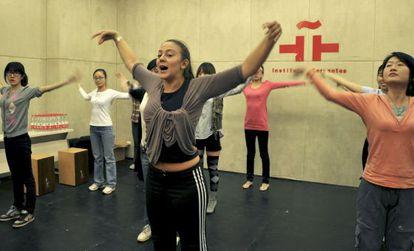 La bailaora Asunción Pérez imparte una clase de flamenco en el Instituto Cervantes de Pekín.