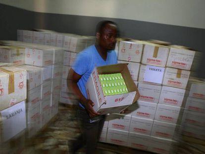 Suministro de medicamentos contra la malaria en Mozambique.