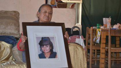 Elia Escobedo, en su casa de Ciudad Juárez, muestra una foto de su hija.