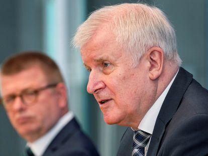 El ministro del Interior alemán, Horst Seehofer (derecha), durante la presentación del informe de los servicios secretos, este martes en Berlín, junto al director de la Oficina de protección de la Constitución, Thomas Haldenwang.