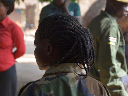 Agnes (nombre ficticio) tenía 13 años cuando fue secuestrada por un grupo armado en Sudán del Sur. Fue una niña soldado durante tres años.