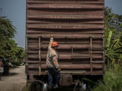 Un trabajador del ferrocarril en la vía por donde pasará el Tren Maya en Palenque (Chiapas) el 27 de mayo.